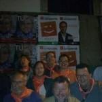 Quico Fernández i Teresa García, junt als secretaris comarcal i local, fent la pegada a les 0:00h a Sagunt, a la porta de l'Ajuntament